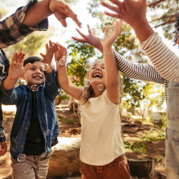 Diversão e aprendizado com brincadeiras ao ar livre